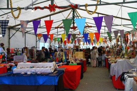 Photo pour Une vue de la foire avec des stands d'artisanat à Puerto Varas, Chili - image libre de droit