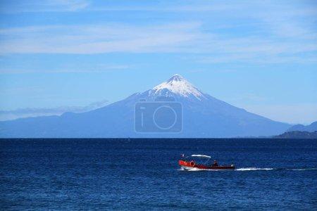 Photo pour Une vue sur les bateaux le lac Llanquihue par une journée ensoleillée, Chili - image libre de droit
