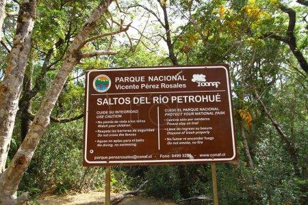 Photo pour Un panneau d'information en espagnol sur les règles des cascades de Petrohue dans le parc national Vicente Perez Rozales - image libre de droit