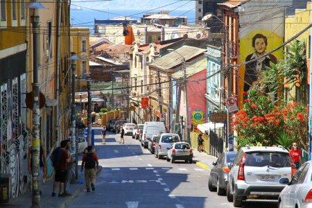Photo pour Une vue sur la rue de Valparaiso qui est la troisième plus grande région métropolitaine du Chili. Il est connu pour ses maisons colorées sur les collines escarpées, Chili - image libre de droit
