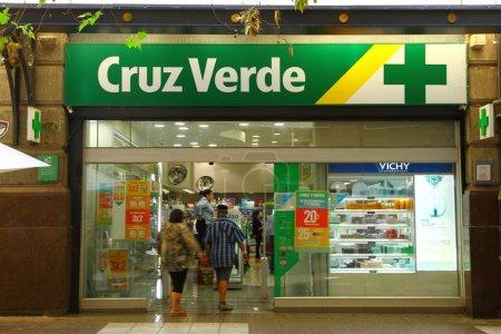 Photo pour Cruz Verde est l'un des magasins de pharmacie de Santiago. Une vue de la rue devant le magasin, Chili - image libre de droit