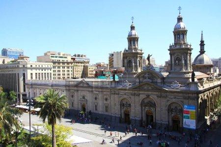 Photo pour Vue panoramique sur la cathédrale métropolitaine de Santiago. C'est la maison de l'archevêque de Santiago du Chili, Chili - image libre de droit