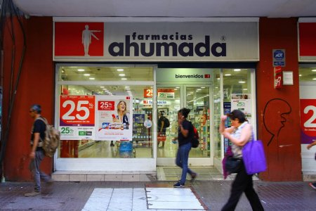 Photo pour Farmacias Ahumada est l'un des magasins de pharmacie de Santiago. Une vue de la rue devant le magasin, Chili - image libre de droit