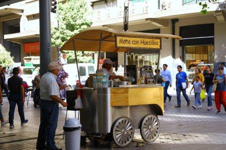 Photo pour Mote con huesillo 'est une boisson traditionnelle chilienne souvent vendue dans des stands de rue ou des chariots de vente. Il est doux et vendu froid pendant l'été, Chili - image libre de droit