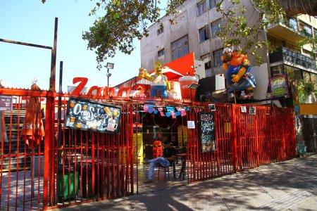 Photo pour Le quartier Bellavista abrite de nombreux cafés et bars colorés. La région est connue pour sa vie nocturne animée, Chili - image libre de droit