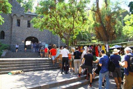Photo pour Une vue de l'entrée du funiculaire qui transporte les gens vers le haut de la colline, Chili - image libre de droit