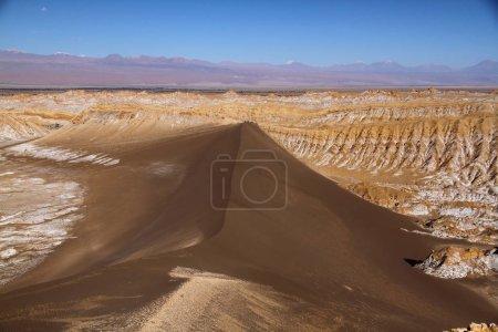 Photo pour Un magnifique paysage de salines dans la vallée de la Luna (vallée de la Lune) à San Pedro de Atacama, Chili - image libre de droit