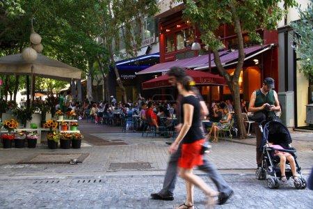 Photo pour Une vue depuis les rues Monastiraki. C'est un point de rencontre populaire pour les habitants et les touristes, Athènes, Grèce - image libre de droit