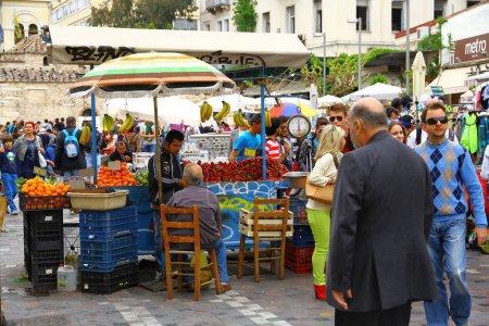Photo pour Une vue depuis le marché local. Les étals fournissent des fruits et légumes frais. - image libre de droit