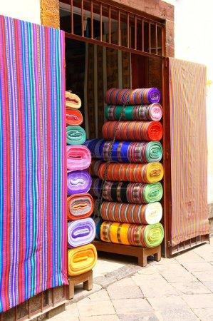 Photo pour Tissu coloré, une pile de textiles folkloriques - image libre de droit
