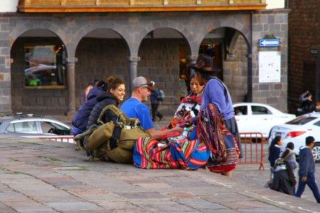 Photo pour Vue sur les vendeurs de rue avec des souvenirs dans les rues, Pérou - image libre de droit