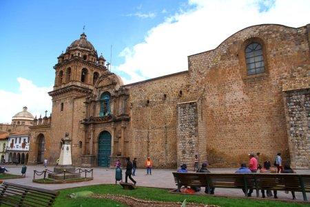 Photo pour Cathédrale de Cusco, Plaza De Armas, Cusco, Pérou - 27 mars 2019. Une vue de la Plaza de Armas qui est la place principale de Cusco. La belle cathédrale Cusco est située sur cette place.. - image libre de droit