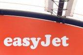 EasyJet-Logo an der Wand