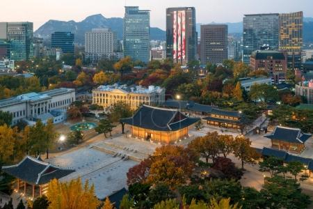 Night view of Deoksugung Palace and Seoul city in ...