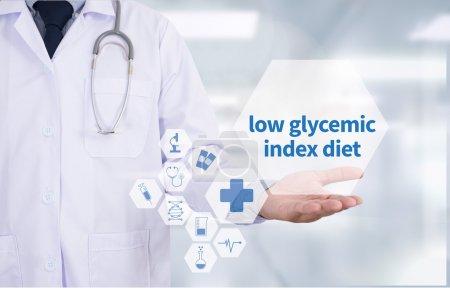 Photo pour Faible indice glycémique alimentation Médecine médecin main de travail Médecin professionnel utilisent l'ordinateur et l'équipement médical tout autour, vue de dessus de bureau - image libre de droit