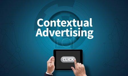 Photo pour Publicité contextuelle, sur l'écran de la tablette pc tenue par les mains de l'homme d'affaires - en ligne, vue du dessus - image libre de droit