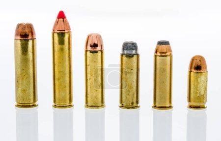 Photo pour Une rangée et une collection de munitions de gros calibre dont 500 et 460 magnum, 454 casull, 44 magnum, 45 poulain et 45 acp sur un fond isolé - image libre de droit
