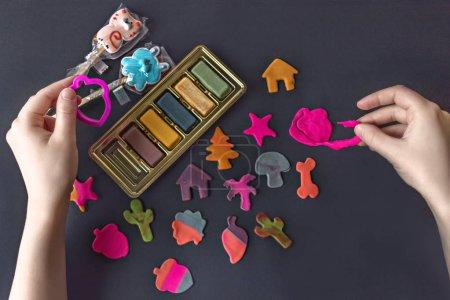 Photo pour Fabriquer des figures de massepain comestibles avec vos mains et des coupe-biscuits pour décorer la cuisson. Les mains de la fille dans la photo sont en cours de préparation. Des biscuits prêts à servir et emballés sur la table. - image libre de droit