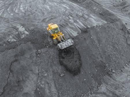Photo pour Mine à ciel ouvert, tri des races, charbon minier, industrie extractive anthracite, industrie houillère, or noir - image libre de droit