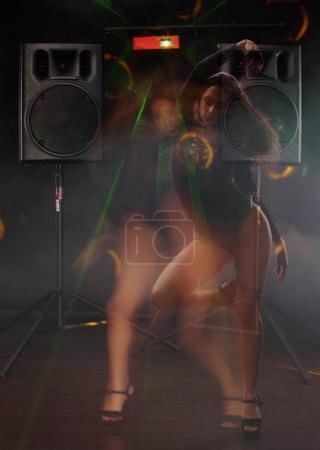 Photo pour Jeune fille sexy avec un corps parfait entre deux haut-parleurs - image libre de droit