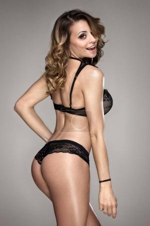 Photo pour Belle femme brune vêtu de noir à la mode lingerie, studio shot. - image libre de droit