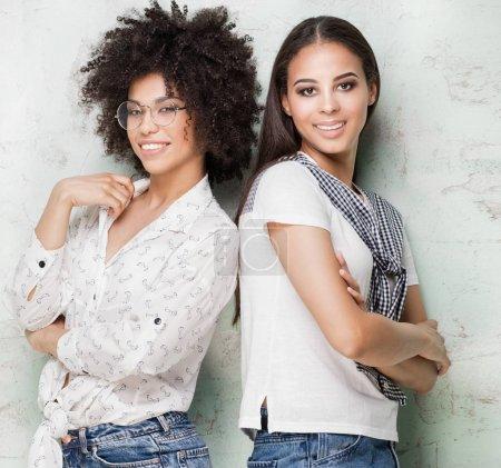 Photo pour Heureux temps ensemble. Deux belles filles afro-américaine s'amuser, sourire. - image libre de droit