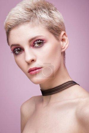 Retrato de belleza de mujer rubia con maquillaje artístico .