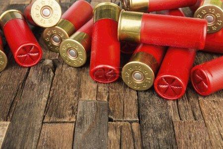 Photo pour Calibre 12 cartouches de chasse rouge pour fusil de chasse sur fond en bois. Photo macro. - image libre de droit