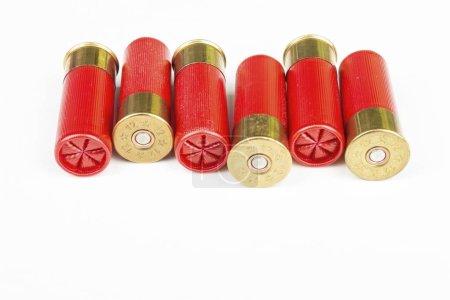 Photo pour Cartouches de chasse rouge pour fusil de chasse calibre 12. Photo macro. - image libre de droit