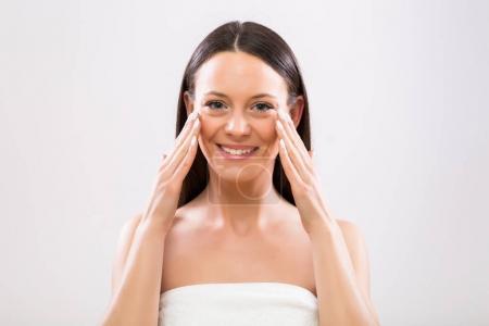 Photo pour Belle femme, application de crème hydratante sur le visage. - image libre de droit