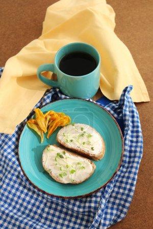 Photo pour Pain au fromage cottage et petites herbes fraîches sur une assiette turquoise et une tasse de thé. Rapide et utile. Manger à la maison . - image libre de droit