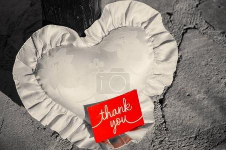 Photo pour Postcard with the inscription Thank you on a red background on a white pillow in the form of a heart. - image libre de droit