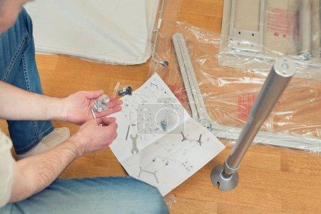 Photo pour Instruction relative à l'assemblage de meubles par des hommes en vue de l'autoassemblage. - image libre de droit