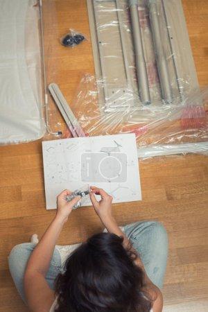Photo pour Instruction relative à l'assemblage de meubles par des femmes en vue de l'auto-assemblage. - image libre de droit