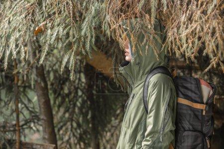 Photo pour Randonneuse pédestre se reposant dans la forêt de montagne - image libre de droit