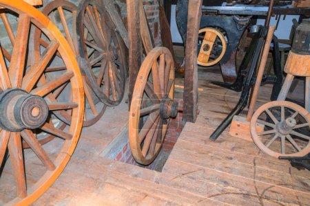 Foto de Taller de un negocio artesanal para la producción de viejas ruedas de carreta hechas de madera. - Imagen libre de derechos