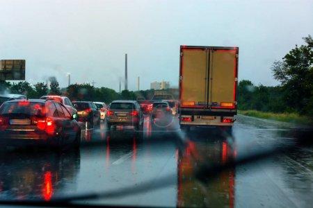 Photo pour Danger d'embouteillage en cas de fortes pluies. Temps violent sur l'autoroute et mauvaises conditions de conduite . - image libre de droit