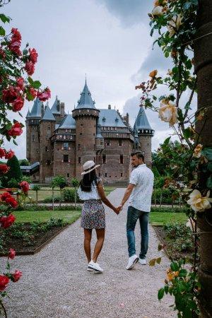 Photo pour Vieux jardin du château historique, Château de Haar Pays-Bas Utrecht par une belle journée d'été, jeunes couples, hommes et femmes d'âge moyen, marchant dans le jardin du château Utrecht - image libre de droit