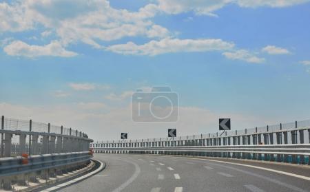 Photo pour La route d'autoroute vide à la journée ensoleillée - image libre de droit