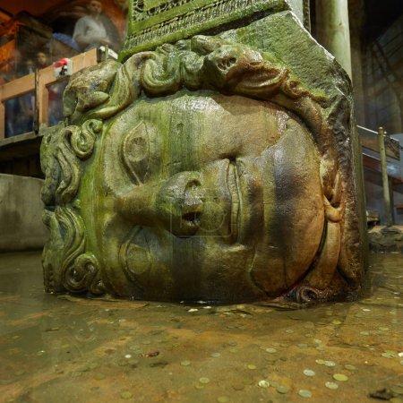 Photo pour Gorgon Medusa tête dans la citerne souterraine Basilique les plus grands réservoirs d'eau anciens, Istanbul, Turquie . - image libre de droit