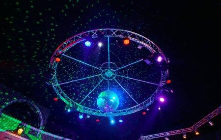 Photo pour La boule disco avec des rayons lumineux dans la boîte de nuit. Fond de parti - image libre de droit