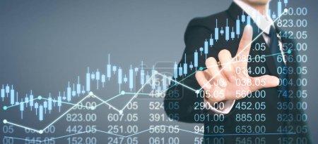 Photo pour Homme d'affaires plan graphique croissance et augmentation des indicateurs positifs graphique dans son entreprise - image libre de droit