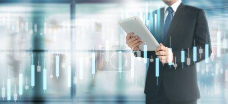 Photo pour Croissance du graphique du plan de l'homme d'affaires et augmentation des indicateurs positifs du graphique dans son entreprise, tablette à la main - image libre de droit