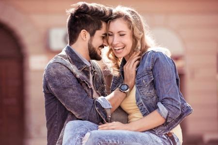 Jeune couple hugging en parc de la ville