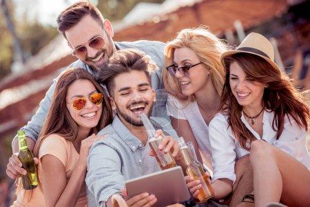 Été, vacances, vacances et bonheur concept-groupe d'amis prenant selfie avec tablette