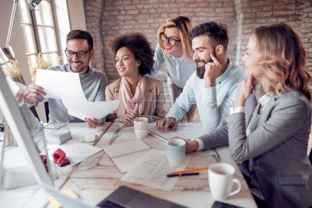 Foto de Gente de negocios mostrando trabajo en equipo mientras trabajan en la oficina - Imagen libre de derechos
