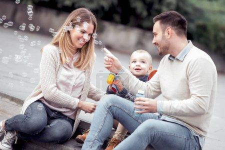 Photo pour Heureux jeune famille s'amuser en plein air - image libre de droit