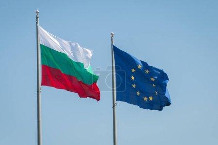 Photo pour Drapeaux de l'Union européenne et la Bulgarie. La Bulgarie commencera sa présidence du Conseil de l'UE le 1er juillet 2018 - image libre de droit