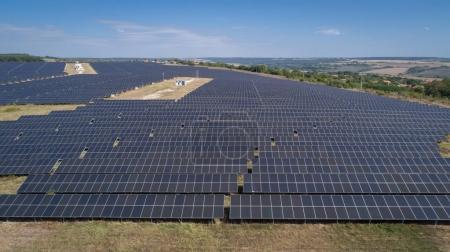Foto de Toma aérea de Huerta solar fotovoltaica. Granja solar central de arriba. Energía renovable ecológica. - Imagen libre de derechos