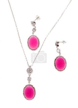 Photo pour Paire de boucles d'oreilles et collier en diamant. Ensemble de bijoux de mode isolé sur fond blanc - image libre de droit